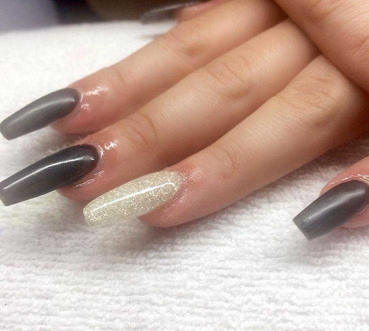 Matta naglar med diamondglitter från @beautelleee (olja på naglarna) #nailporn #nailtech #gelnails #gelenaglar #nagelförlängning #glitternails #naglar #nailswag #vackranaglar #nailstagram #nailart #nails #scra2ch #hudabeauty #gliter #nailart #coffinnails #melformakeup #essie #vegas_nay #nsi #nailpromote #longnails #nailartgallery #glamandglits #notd by lollokittys_naglar