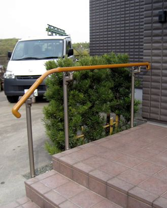 屋外手すりの取付 ( 修理とリフォーム ) - サッシ屋のブログ - Yahoo ... 玄関ポーチにアルミ手すりを設置しました。