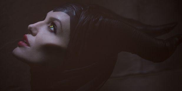 """Maléfica: Disney revela la sinopsis de la nueva película de Angelina Jolie en donde descubrimos cómo el icónico personaje se convierte en villana. """"Como una mujer joven, hermosa y de corazón puro, Maléfica tiene una vida idílica en un pacífico reino, hasta que un día un ejército invasor amenaza la paz de su tierra. Maléfica se convierte en su protectora más feroz, pero sufre una despiadada traición –un acto que comienza a convertir su puro corazón en piedra"""". ¿Qué tal?"""