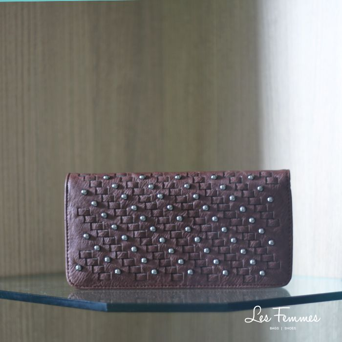 Danur, dompet berdesain anyaman dan aksen studs. Detail wallet : • Warna Black, khaki , navy, dan silver • Ukuran 21*2.5*11 cm   • Harga 139,000  Order via : Website : www.lesfemmes.co.id LINE : lesfemmesbags SMS / WA : 081284789737 Email : care@lesfemmes.co.id  Happy shopping!  #shopping #wallet #ladies #women #lesfemmesindonesia