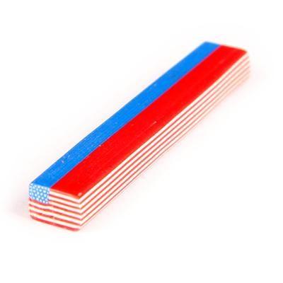 39.00 DKK. US Flag til lidt af hvert. SA pynteflag i gummimateriale, 50 mm lang.  Kan skæres i skiver med hobbykniv, alt efter tykkelse bliver der 75 – 135 flag i størrelsen 8 x 5 mm (B x H).  Kan f.eks. bruges til at pynte bordkort, stearinlys, negle og meget andet, kun fantasien sætter grænsen.