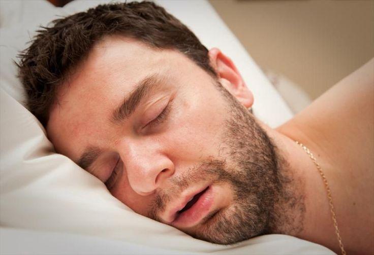 Estás en la cama después de un duro día de trabajo, te quedas dormido casi de forma inmediata, y de pronto, sin venir a cuento, tu cuerpo sufre un espasmo que incluye una patada al aire. Te despiertas (o lo que es peor despiertas a tu pareja) atolondrado, compruebas que no te estabas cayendo por una