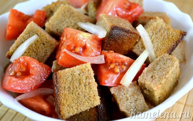 Салат из помидоров и ржаного хлеба