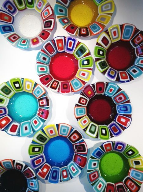 Glass bowls: 30 cm in diameter. By the danish designer and artist Louise Lagoni.