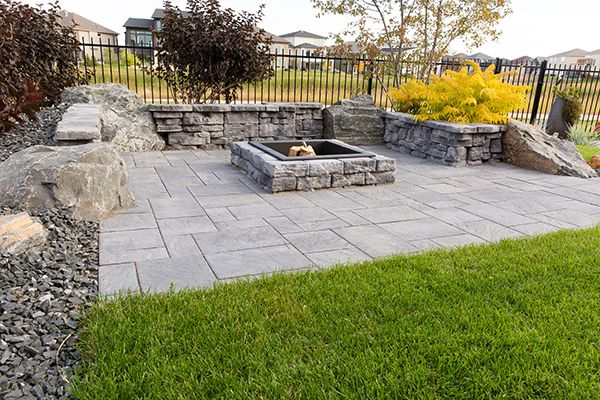 Dimensional Square Firepit and Belvedere Walls in Pacific Grey on top of Navarro pavers.