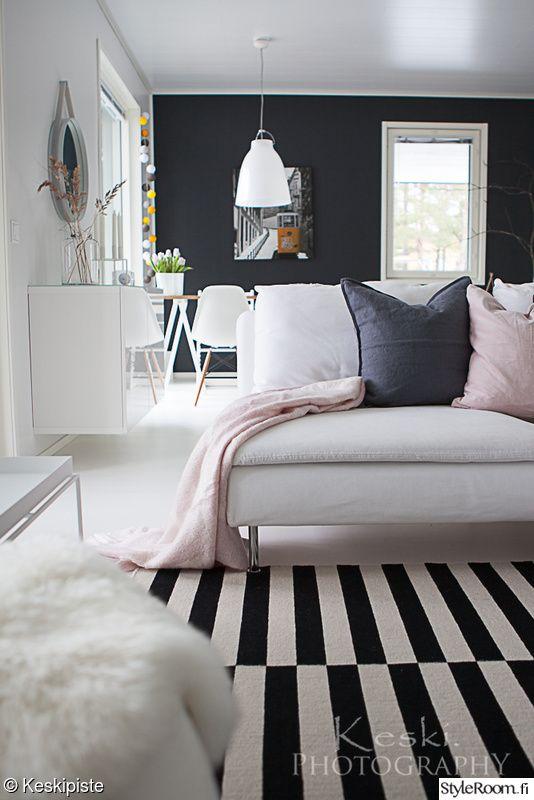 olohuone,vaaleanpunainen,sohva,musta seinä,huopa