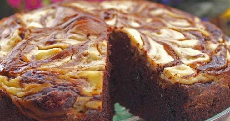 Εξαιρετική συνταγή για Κέικ με τυρί κρέμα. Με την πρώτη ματιά, δίνει την εντύπωση ότι είναι κέικ μαρμπρέ αλλά δεν είναι. Είναι πολύ πιο πλούσιο σε γεύση και όταν ψηθεί, δεν στεγνώνει πλήρως αλλά παραμένει ζουμερό!