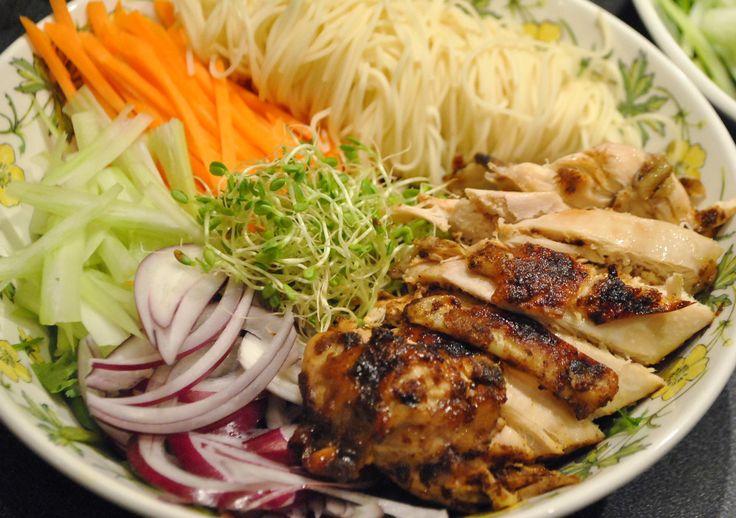 """Ramen på høne  """"Fjerde gang var smaken vidunderlig - og underlig. Kyllingkraften hadde en ekstra dimensjon som jeg ikke helt klarte å få til å passe.  Inntil jeg fikk vite at den også inneholdt miso, som er en kraft på fermenterte soyabønner, og i tillegg litt dashi, som er laget på katsuobushi og kombu (eller tørka tunfisk og tare, om du vil). Nudlene var gule, og litt seige - det jeg seinere skjønte var de berømte alkaliske nudlene."""""""