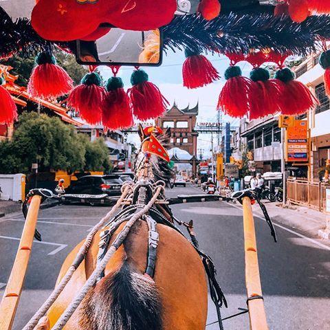An evening horse riding rickshaw with @indtravel in Bukittinggi ❤️   #indonesia #bukittinggi #wonderfulindonesia #tripofwonders