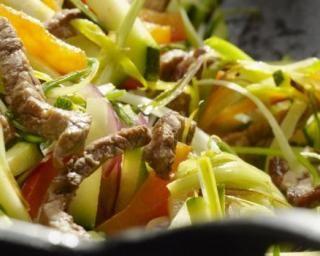 Wok de boeuf aux légumes à l'asiatique : http://www.fourchette-et-bikini.fr/recettes/recettes-minceur/wok-de-boeuf-aux-legumes-a-lasiatique.html