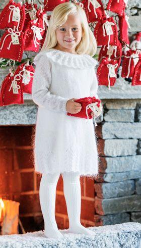 Gratis strikkeopskrifter: Du kan godt nå at strikke denne fine, dunbløde kjole med flæsekrave før juleaften – og kjolen kan jo sagtens bruges efter jul også med kulørte strømpebukser under