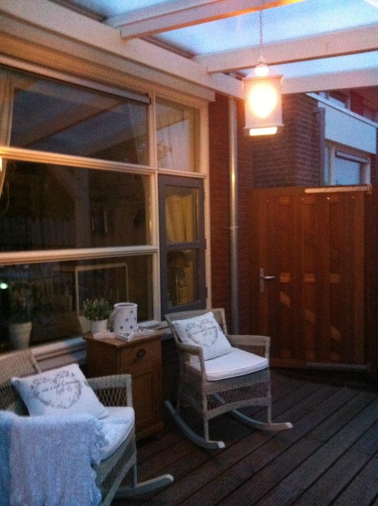 Schommelstoelen onder de veranda