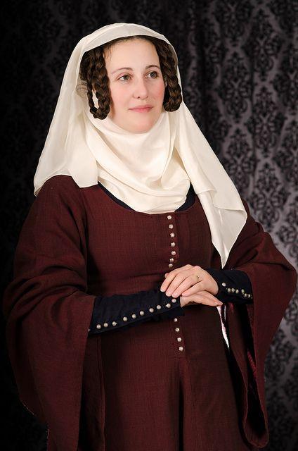 Idade Média: O Gorjal, também usado nesta época era feito de linho branco ou seda, cobria o pescoço e a parte do colo, sendo as vezes enfiado dentro da blusa do vestido. As pontas eram puxadas para cima e presas no alto da cabeça sob o véu, para emoldurar o rosto.