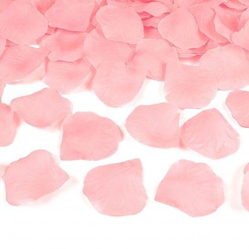 Set van 100 lichtroze zijden rozenblaadjes. Deze zijn onmisbaar als decoratie voor de feestzaal, op de witte loper op de ceremonielocatie of als decoratie op de tafels. De mogelijkheden zijn legio! Bovendien moet u geen schrik hebben dat de blaadjes er verwelkt gaan uitzien naar het einde van de avond toe. Integendeel, u kan ze makkelijk voor een volgende romantische avond terug gebruiken!