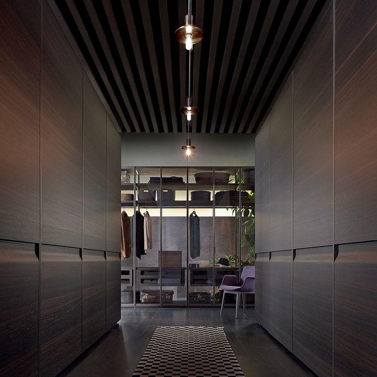 Begehbarer Kleiderschrank mit dunklen Fronten aus Holz von Poliform Varenna   creme berlin