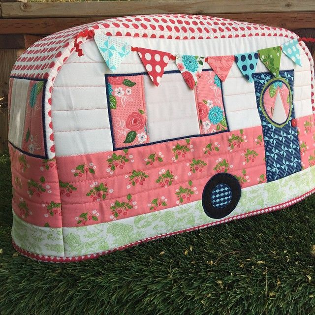 Eee! Look at this cute sewing machine cover my mom @miriamcrawson made for me in…