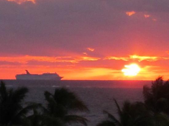 Now Jade Riviera Cancun Resort & Spa: Sunrise & a cruise ship