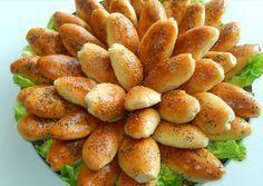 Recept voor zachte broodjes met gehakt. Maak een vulling die je wilt gebruiken, dit kan ook met kip, tonijn of alleen groente zijn. Meng bloem met de gist. Meng de olie, yoghurt en melk en voeg toe aan de bloem. Kneed door elkaar. Het moet een z