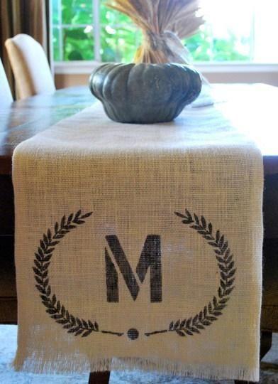 Camino de mesa hecho de arpillera o tela de saco   Decorar tu casa es facilisimo.com