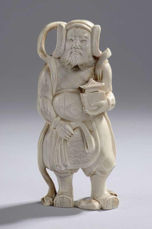 Figuration d'un personnage légendaire. Ivoire. Chine. Dynastie Qing. 19 ème siècle, H:13cm.