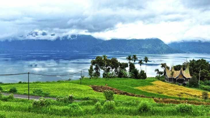 Daerah Sumatera Barat banyak sekali daerah pariwisata karena pemandangan alam yang indah. Apabila kita melakukan perjalanan dari Padang ke Bukit Tinggi, kami sarankan sekali-sekali melewati Pariaman dan Maninjau. Jalurnya Padang – Pariaman – Tiku – Lubuk Basung – Maninjau – Kelok 44 – Bukit Tinggi. Kita akan disuguhi pemandangan alam mulai dari pantai, laut, kota, …