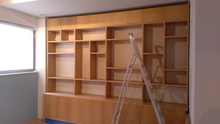 Βιβλιοθήκη από καπλαμά οξιά και πορτάκια χρωματιστά RAL ξυλουργείο Άρης Καφρίτσας