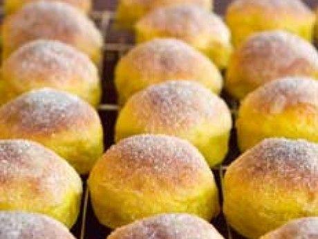 Saffransbullarna blir saftiga och goda då smör och socker blandas in efter första jäsningen.
