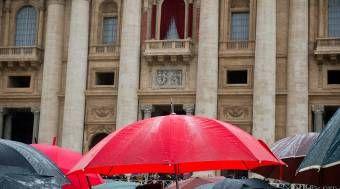 Papa Francisco regala 300 paraguas a los pobres de Roma 08/02/2015 - 04:03 pm .- Luego de varios días de lluvias y de un clima frío, el Limosnero Pontificio obsequió, a nombre del Papa Francisco, 300 paraguas entre los pobres de Roma.
