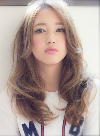 """""""小顔効果ヘアスタイル""""は前髪ありが絶対条件だと思っていませんか?実は長め前髪や前髪なしのロングスタイルでも小顔に見せることもできるのです。その秘密は「顔周りを覆う髪があること」前髪長めスタイルはアンニュイさや抜け感が出ることで人気なので、長さを調整して小顔も手に入れましょう!"""