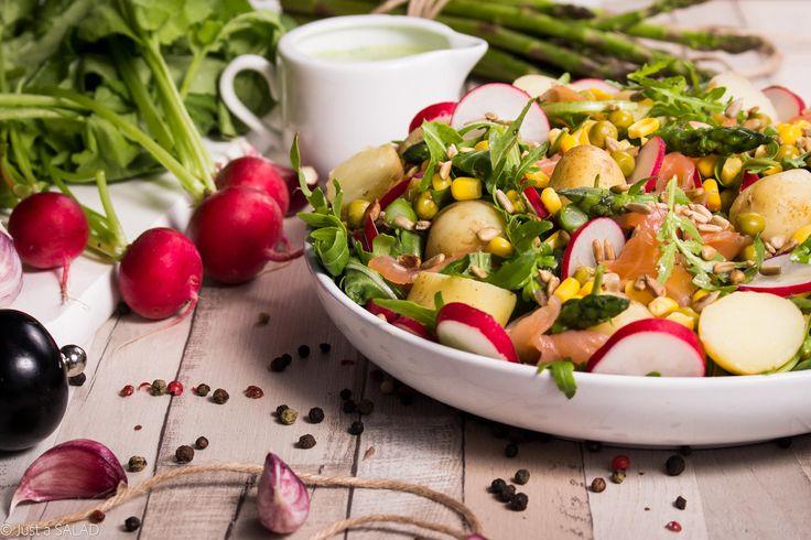 DWA BRATANKI. Sałatka z ziemniakami, szparagami, rzodkiewką, łosiem wędzonym oraz kukurydzą i groszkiem Bonduelle z sosem z liści rzodkiewki.