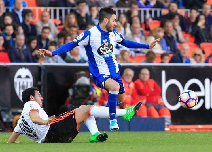 Carles Gil, que se enfrentaba al equipo en el que   se formó, fue  literalmente 'cosido' a faltas | ALBERTO SAIZ