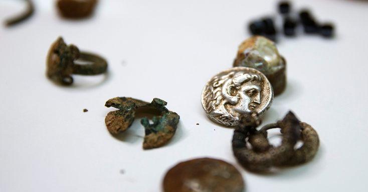Exploradores de cavernas em Israel descobriram um pequeno tesouro de moedas e joias desde a época de Alexandre, o Grande. A foto foi divulgada nesta segunda-feira (9). Os arqueólogos acreditam as peças foram escondidas por refugiados durante uma guerra há 2300 anos. Este é o primeiro tesouro período de Alexandre descoberto, informou um representante da Autoridade de Antiguidades de Israel Eitan Klein