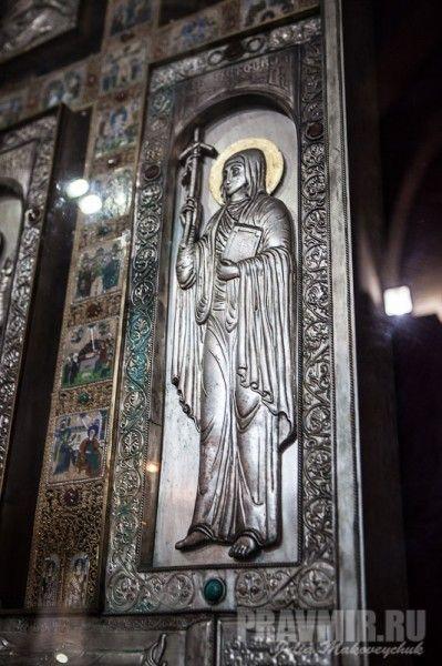 Фрагменты креста: слева от креста изображена святая Нина