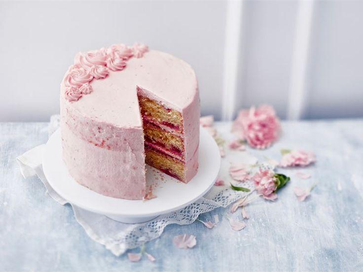 Mehevän vadelmainen ja hempeän vaaleanpunainen kakku on täydellinen valinta prinsessan syntymäpäiville tai ristiäisiin. Yksinkertaisen kaunis kakku on helppotekoinen, joten se onnistuu kokemattomaltakin leipurilta.