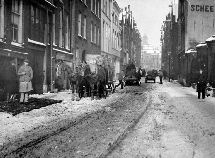 Gezicht in de Jufferstraat, ongeveer ter hoogte van de Zuiderkerk uit het zuiden. Op de achtergrond de huizen aan de Wijnhaven, 1908. De fotograaf is Henri Berssenbrugge en de foto komt uit het Stadsarchief Rotterdam.
