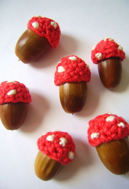DIY-quick and easy crochet-cute toadstool acorns by silly old suitcase. Love!