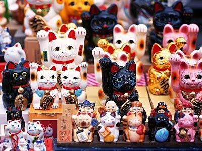 """El Maneki-Neko el Gato de la Suerte  ElZhaocai Mao(chino: 招財貓) oManeki-neko(招き猫) (en Japón) también conocido como """"gato de la suerte"""" o """"gato de la fortuna"""" es una popular escultura japonesa la cual se dice que trae buena suerte a su dueño. La escultura representa a un gato en una actitud de llamada y no saludando como la mayoría de la gente piensa.Puede ser vista frecuentemente en tiendas restaurantes y otros negocios. Suele ser un gato que levanta su pata izquierda invitando a la gente a…"""