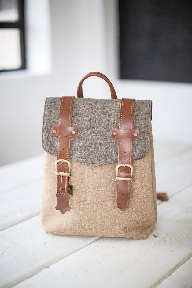 Minimalistischer #Rucksack aus beige und grauem Webstoff. Der Rucksack hat eine Innentasche und verstellbare Träger. / minimalistic #backpack in beige and grey made by Shoko via DaWanda.com