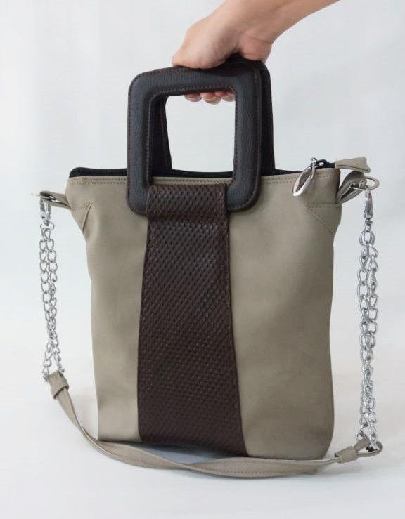 b970453d3 A grande tendência pra 2019 são as bolsas com alças de mão rígidas.  Deixando sempre