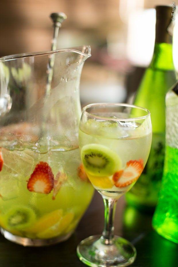 aquê  Ingredientes  300 ml de saquê 30 ml de licor de pêssego 100 ml de soda limonada 4 morangos ¼ de kiwi 1 fatia de abacaxi ¼ de maçã verde  Modo de preparo  Corte as frutas em pedaços pequenos. Em uma jarra, adiciona o saquê, o licor de pêssego, a soda limonadas,