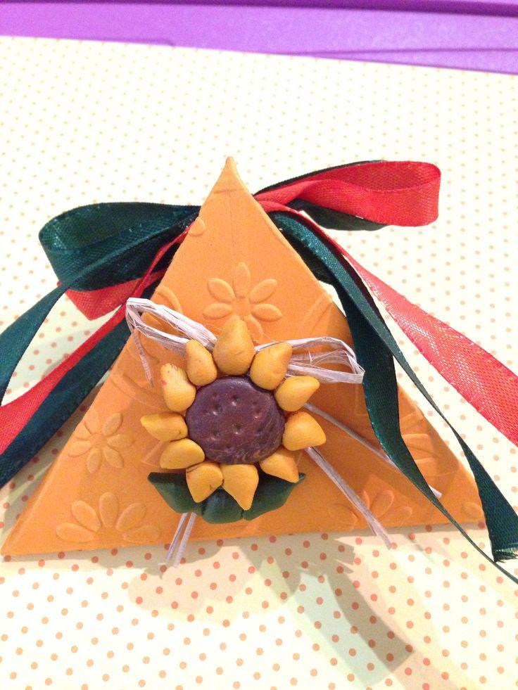 Scatolina triangolo con girasole di fimo