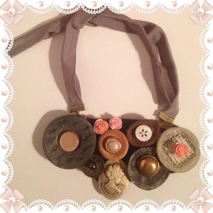 Collana bottoni  Originali bottoni vintage anni '50/'60  Bottoni in resina, plastica, legno, madreperla, ottone, con cammeo e rosellina in resina.  Pezzo unico non riproducibile.