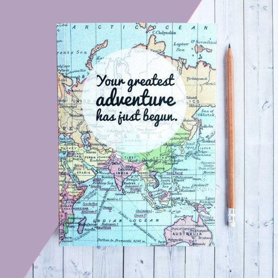 Eine schöne Zeitschrift abgedeckt in einem Jahrgang Karte Drucken mit einer Meldung, Ihre Abenteuer zu begeistern. Es ist ein schöner Abschluss-Geschenk als Ihr Grad beginnen ihre Reise in der realen Welt.  Ihr größte Abenteuer hat gerade begonnen.  Dieser Reisebericht ist perfekt für eine beliebige Anzahl von neuen Abenteuern. Verwenden sie als Hochzeitsplaner, neue Baby-Zeitschrift, Geschenk für einen Studenten aus Universität, oder nur für Ihre Pläne zur Weltherrschaft. Es könnte sogar…