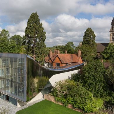 The Investcorp Building: Location: Saint Antony's College, Oxfordshire OX2 6JF, UK Area: 1127.0 sqm Project Year: 2015  Bridging the gap between historical buildings and the contemporary gestures by selecting reflective stainless-steel for the exterior material.