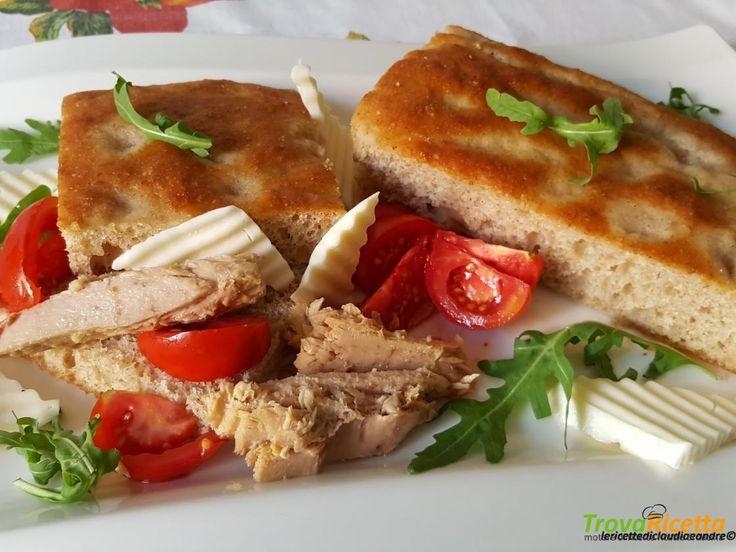Focaccia con farina semintegrale, farina di ceci, tonno, rucola, formaggio e pomodorini  #ricette #food #recipes