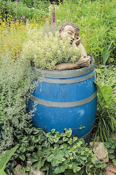 Kdo by řekl, že se z obyčejného sudu může stát neobyčejné zázemí pro zahradní umění?