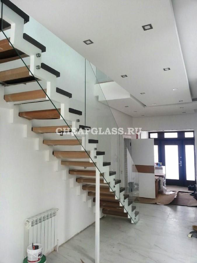 Модульная лестница со стеклянными перилами. Modular stairs.