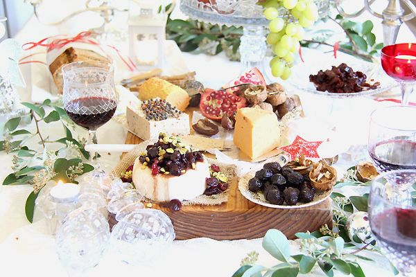 Christmas Vegan Cheese Platter. The most gorgeous setting for your cruelty free Christmas gathering! All home made, including: brie, pepper cheese, cheddar with cranberry relish & seed n nut bread.