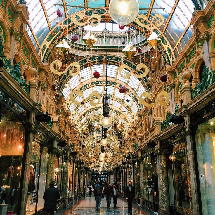 By hanachenpoyu: 又一條美麗的走廊 #leeds #uk #yorkshire #citycentre #leedscitycentre #arcade #xmas #decoration #rainydays #rain #wet #shelter #street #december #winter #bad #cold #weather #miserable #christmas #merrychristmas #pretty #arcade #micrhobbit