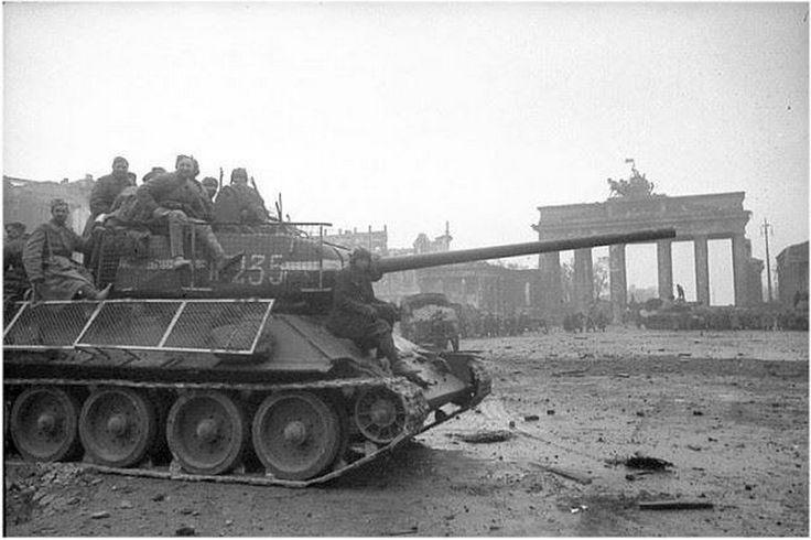 Т-34/87 экранированный сеткой от панцерфаустов, Берлин, май 1945.  Во время боевых действий в крупных городах силами ремонтных органов частей и соединений из подручных материалов изготавливались приспособления для защиты танков от 'фаустпатронов'. Как правило, дополнительная защита танка Т-34 сводилась к установке на него сетчатых экранов, располагавшихся на расстоянии 250 - 600 мм от основной брони корпуса и башни. Следует отметить, что широкого распространения экранирование танков Т-34…